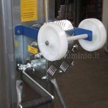 Sollevatore per materiali mod. 720 particolare ruote in nylon da ribaltamento