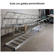 scala con gabbia di protezione