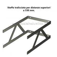 Staffa tralicciata su misura per scale modulari con gabbia.